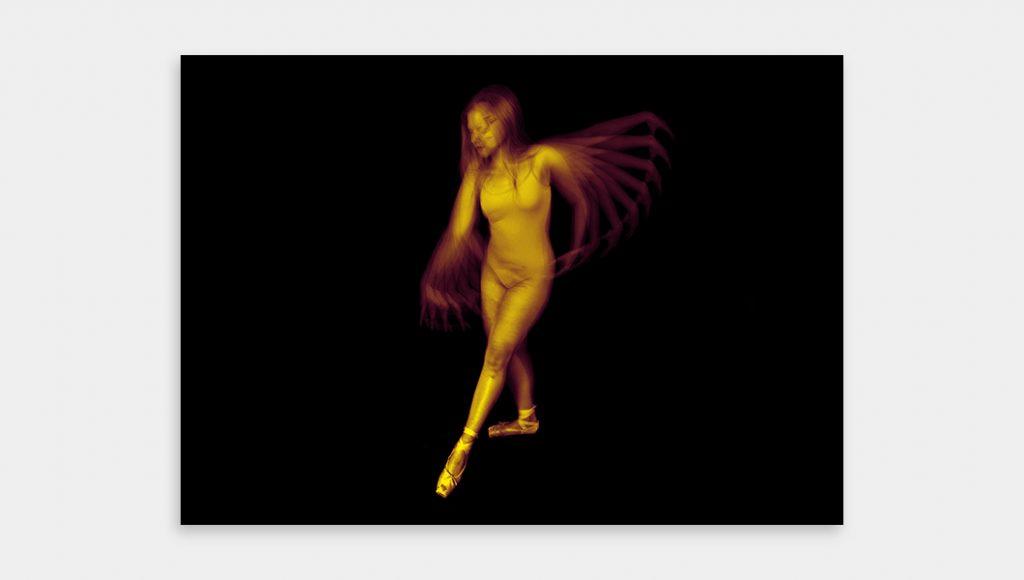 Modèle de danseuse classique sur fond noir – elle effectue des mouvements de danse – la lumière stroboscopique multiplie son mouvement – photo en bichromie mauve et jaune.